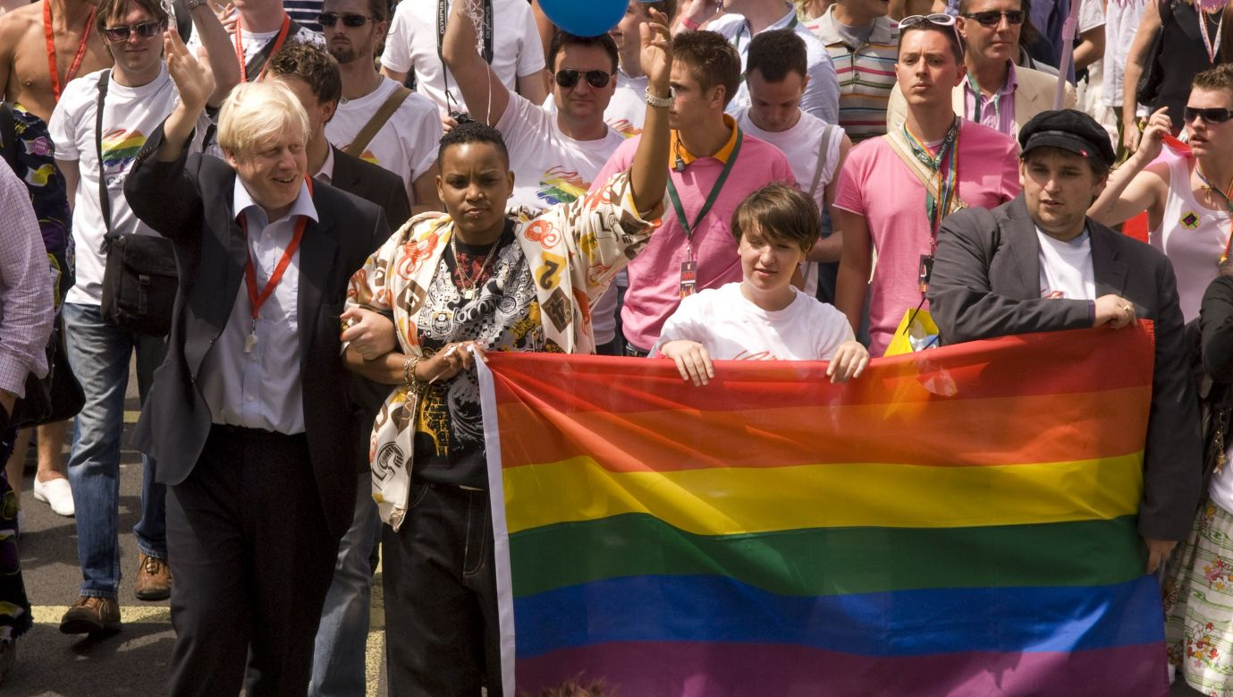 Boris Johnson, polityk Partii Konserwatywnej, wtedy burmistrz Londynu, dziś premier Wielkiej Brytanii, podczas londyńskiej parady środowisk LGBT Gay Pride w 2008 roku. Fot. Photofusion/Universal Images Group via Getty Images