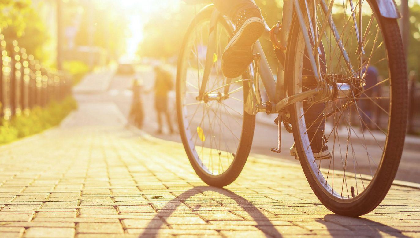 Nagi mężczyzna jeździł na rowerze (fot. Shutterstock/Alex Yuzhakov)