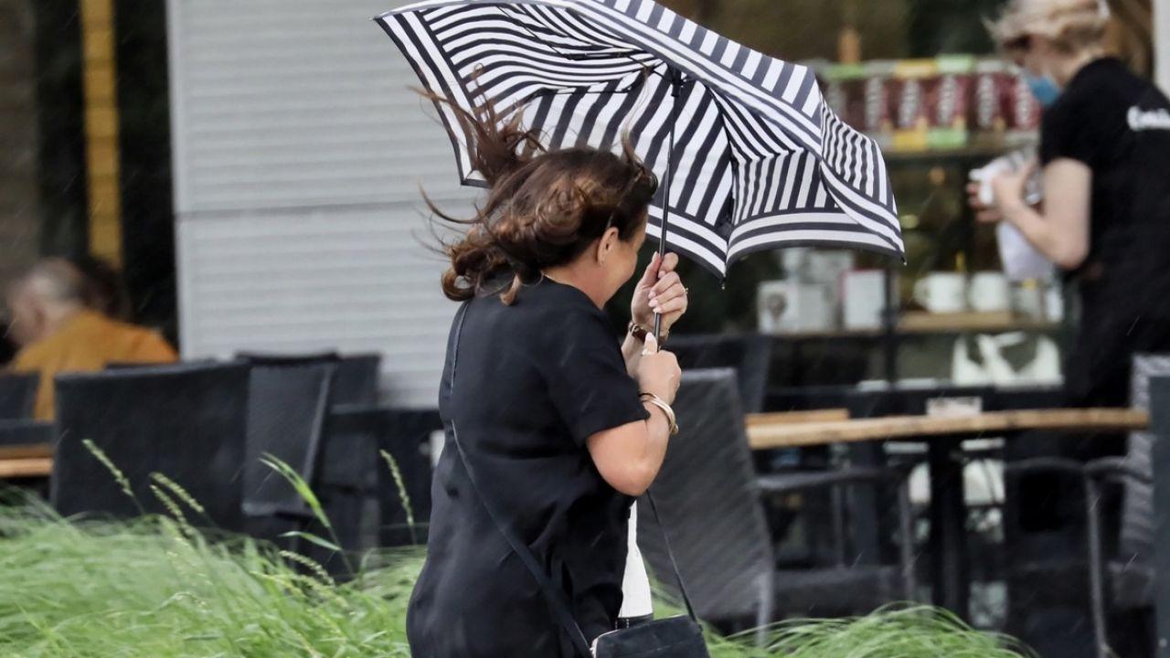 W trakcie opadów deszczu będą również występować burze z porywami wiatru do 100 km/h, lokalnie nawet do 110 km/h.(fot. PAP/Leszek Szymański)
