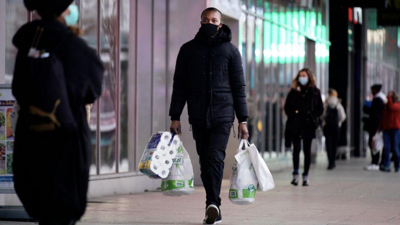 Coraz mniejsze problemy finansowe Polaków (fot. Jaap Arriens/NurPhoto/Getty Images)