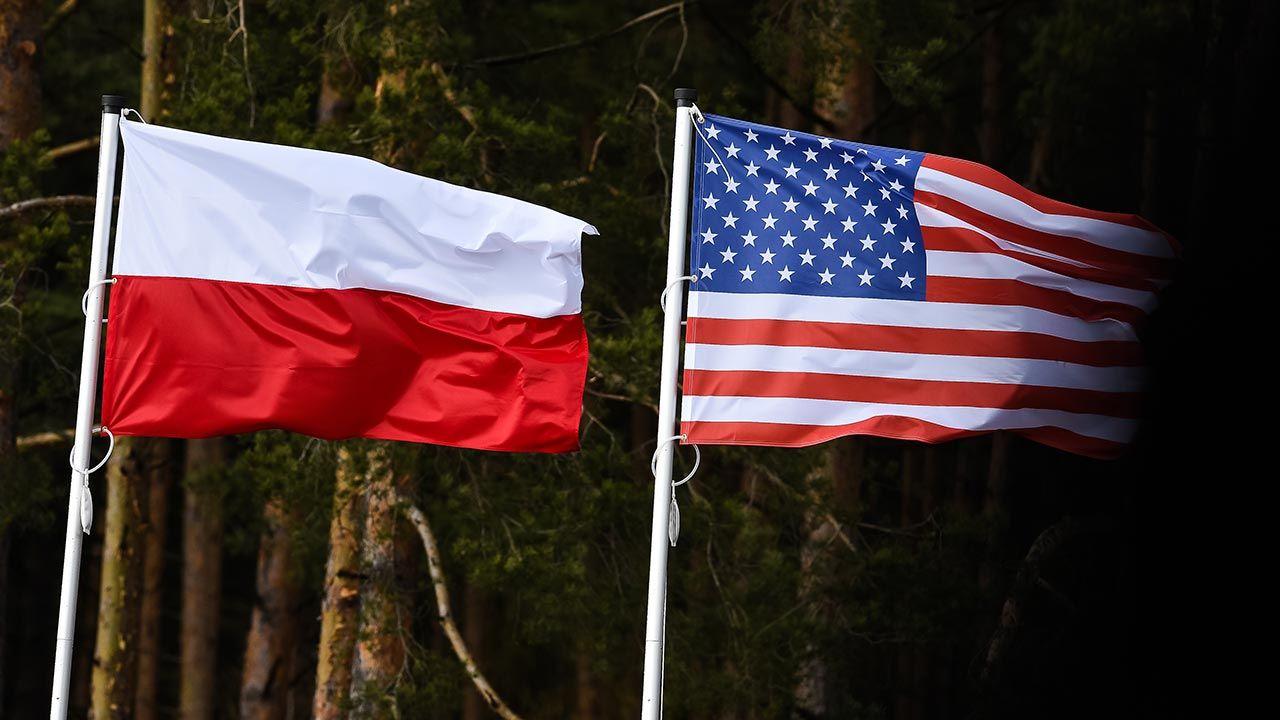 Flaga Polski i USA (fot. Getty Images Poland/Karol Serewis)