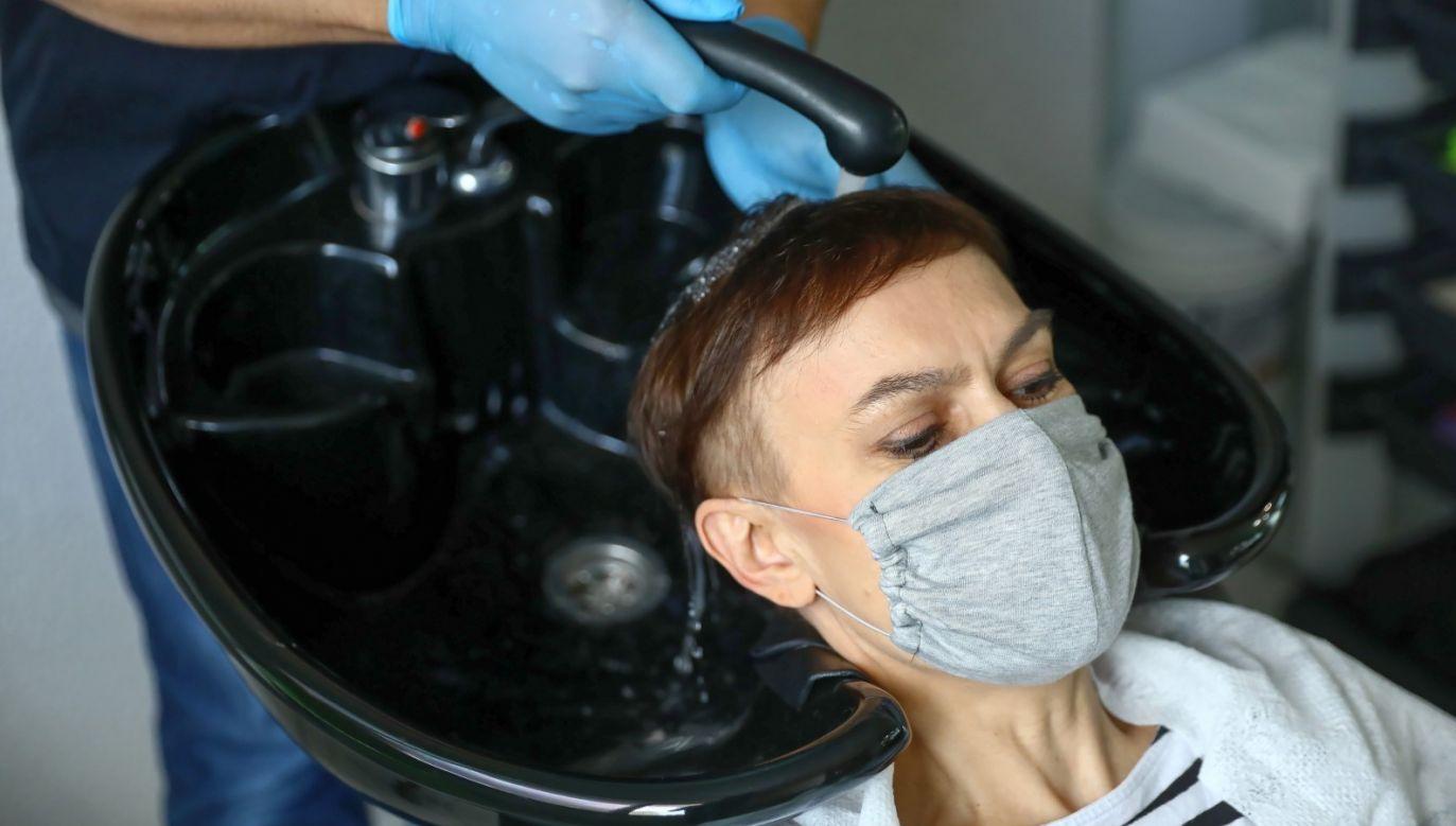 Otwarte mogą być  m.in. salony fryzjerskie (fot. PAP/Rafał Guz)