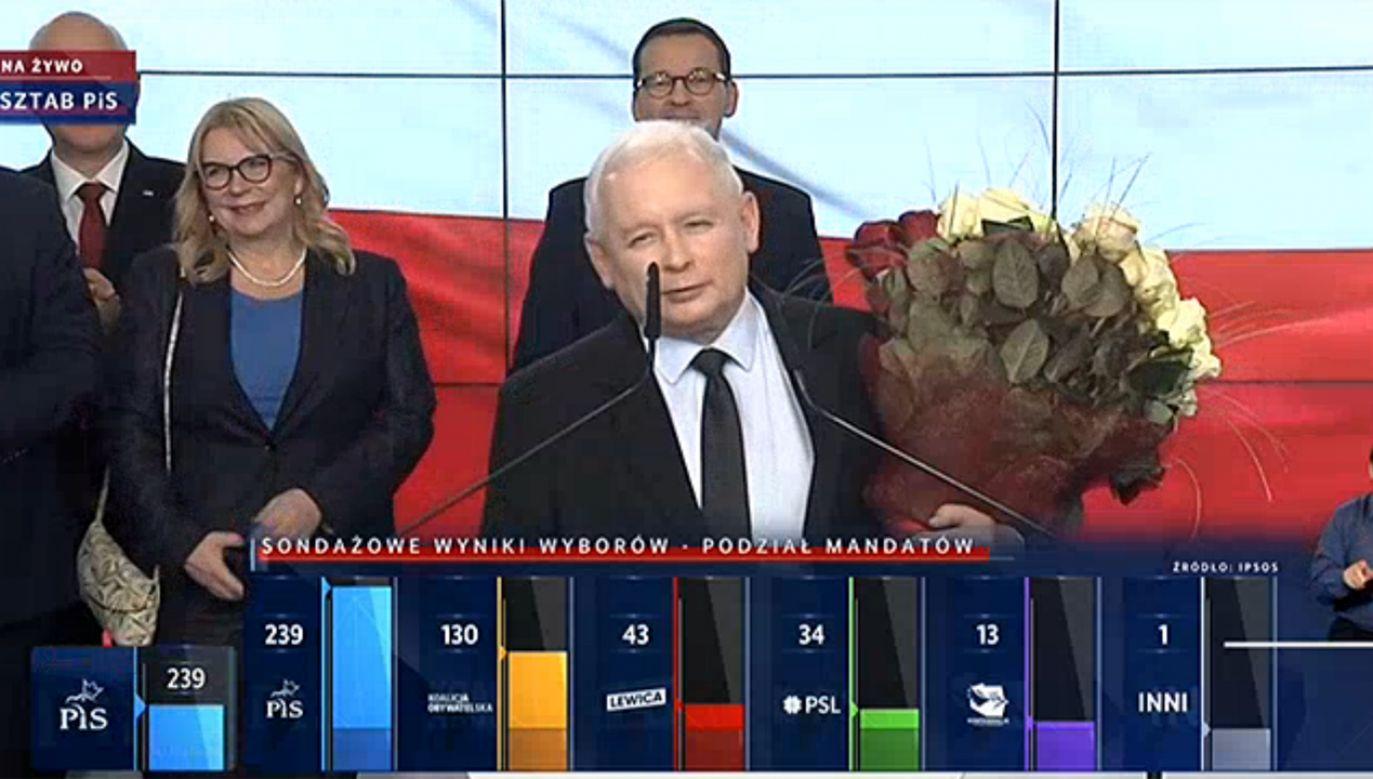 Sztab wyborczy PiS po ogłoszeniu sondażowych wyników wyborów (fot. tvp.info)