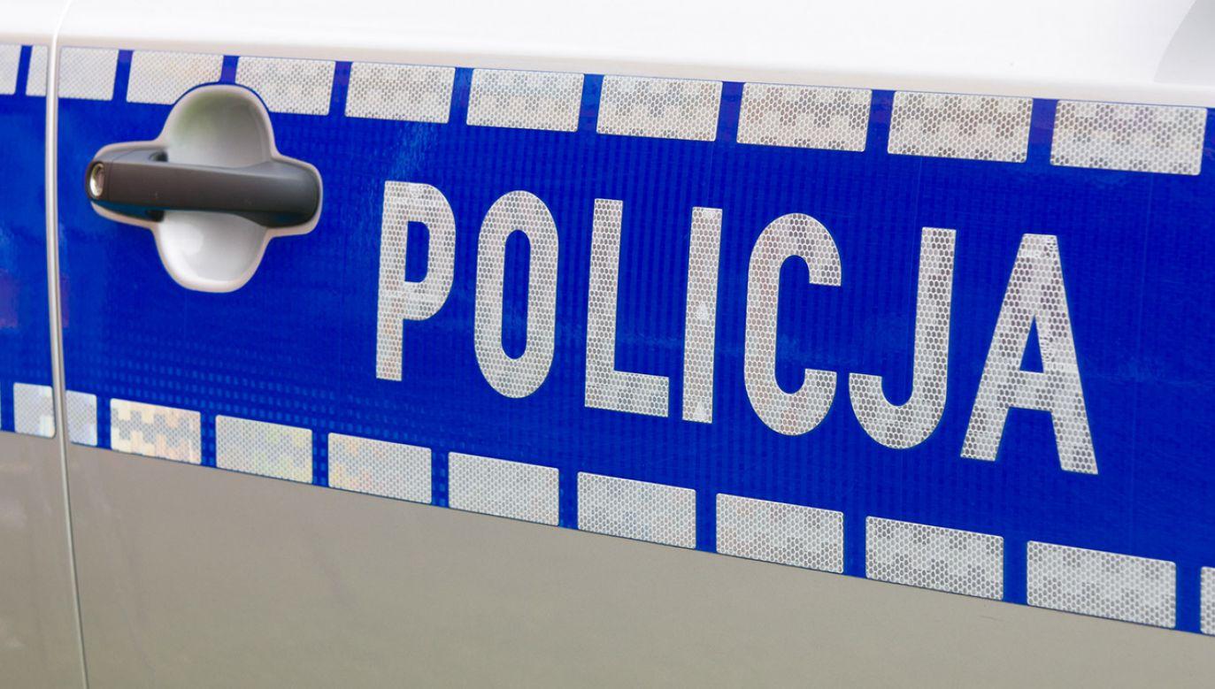 Uciekający kierowca zderzył się z drugim radiowozem policyjnym, który próbował zablokować drogę (fot.shutterstock_Rafal Olechowski)