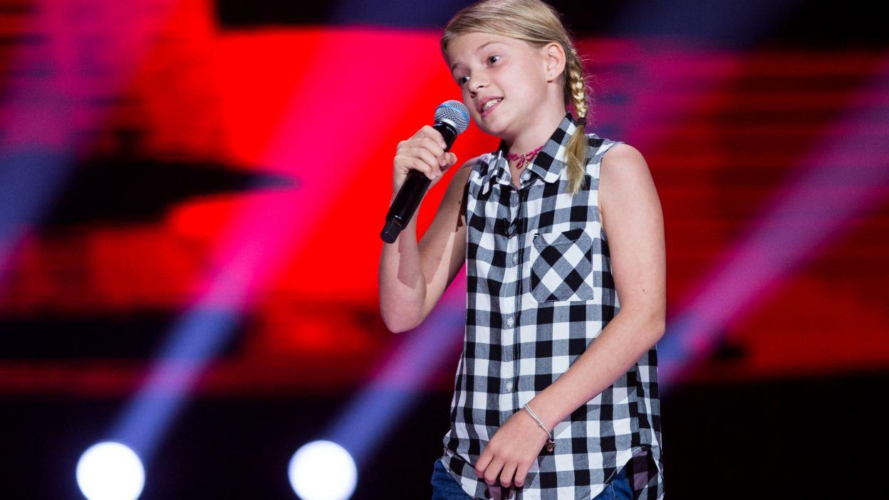 """""""Chłopiec z gitarą"""" i dziewczyna z mikrofonem – bardzo udany duet. Józefina wyśpiewała sobie udział w kolejnym etapie programu (fot. TVP)"""
