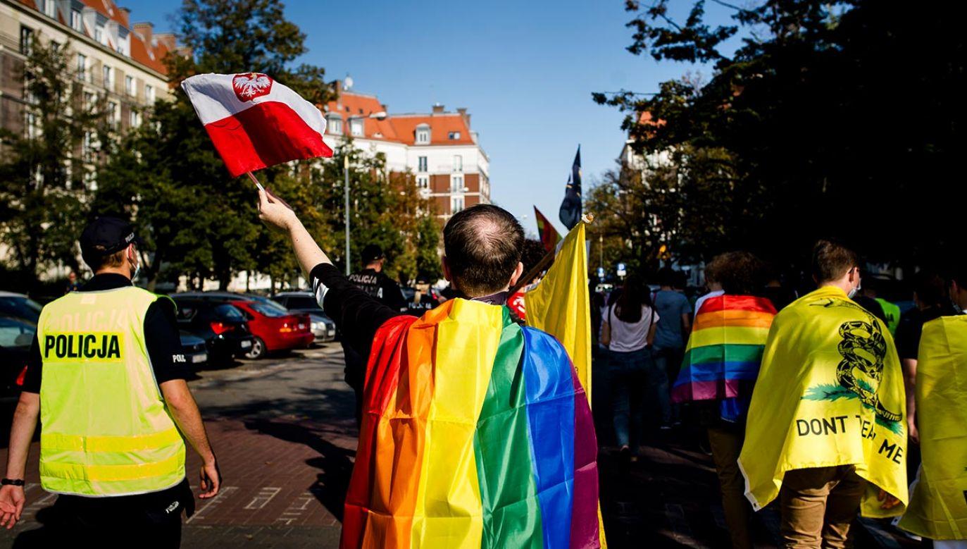 """W trakcie debaty pojawiły się też fake newsy o """"strefach wolnych od LGBT"""" w Polsce (fot. Piotr Lapinski/NurPhoto via Getty Images)"""