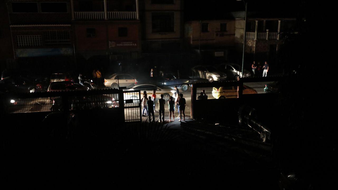 W piątek wieczorem Wenezuela kolejny raz pogrążyła się  w ciemności (fot. PAP/EPA/RAYNER PENA)