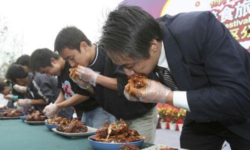 Konkurs jedzenia podczas Chińskiego Międzynarodowego Festiwalu Food & Tour 2005 w Chengdu w prowincji Syczuan. Fot. China Photos / Getty Images