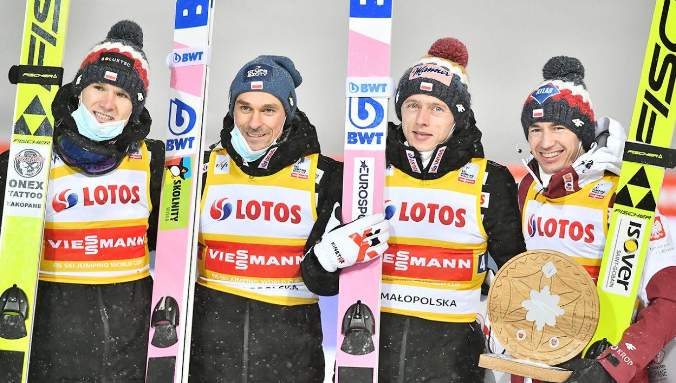 Tytułu broni Dawid Kubacki (na zdj. trzeci od lewej) (fot. PAP/Andrzej Lange)