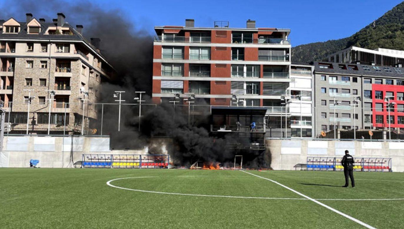 Nad areną unosiły się kłęby gęstego, czarnego dymu (fot. Simon Peach/PA Images via Getty Images)