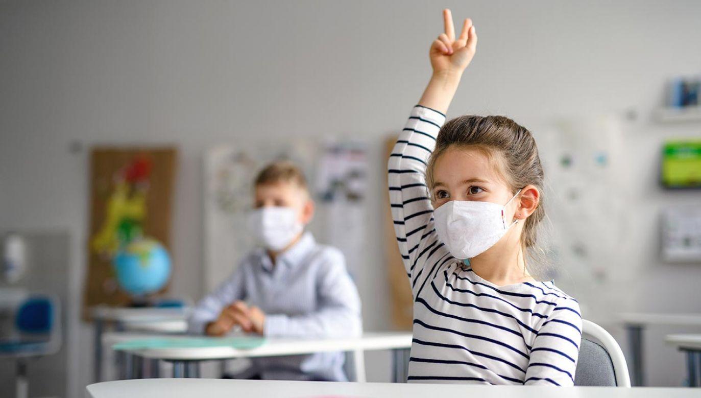 Badacze zwracają uwagę, że najgroźniejszą drogą przenoszenia koronawirusa jest właśnie powietrze (fot. Shutterstock/Halfpoint)