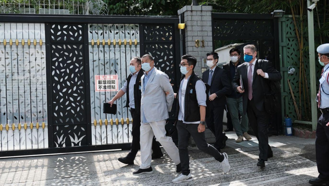 Jimmy Lai wyprowadzany ze swojej rezydencji przez funkcjonariuszy organów ścigania w Hongkongu (fot. Paul Yeung/Bloomberg via Getty Images)