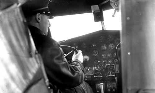 Kabina pilota w L-10 Electra. Fot. NAC/IKC