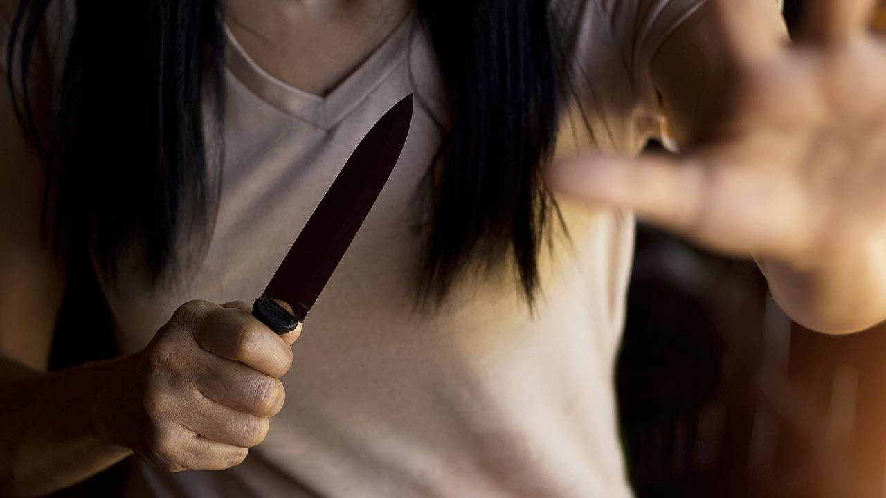 Kilkakrotnie raniła matkę nożem kuchennym (fot. Shutterstock/PopTika)