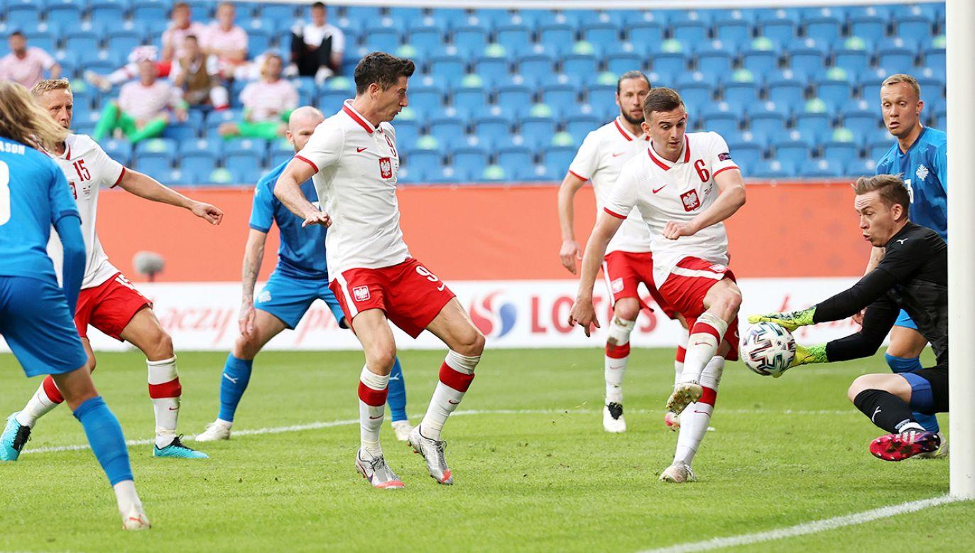 Robert Lewandowski (z prawej) rozpoczął mecz z Islandiąw podstawowym składzie (fot. Boris Streubel/Getty Images)