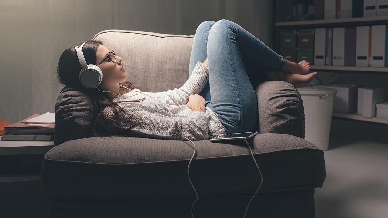 Popowe hity wywołują pozytywną nostalgię (fot. Shutterstock/Stokkete)