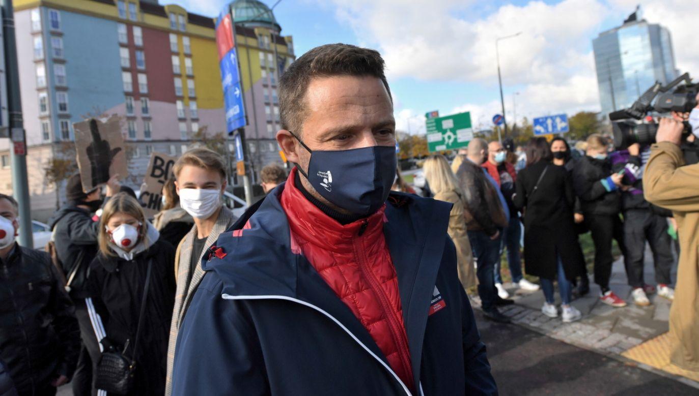 Rafał Trzaskowski podczas protestu ws. aborcji (fot. PAP/Piotr Nowak)