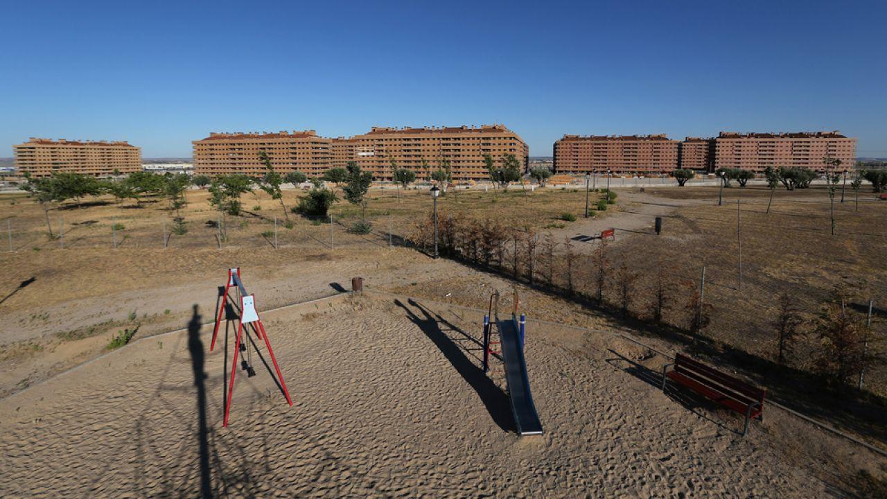 Wyludnione misteczka i puste place zabaw to typowy obraz w Hiszpanii (fot. Oli Scarff/Getty Images)