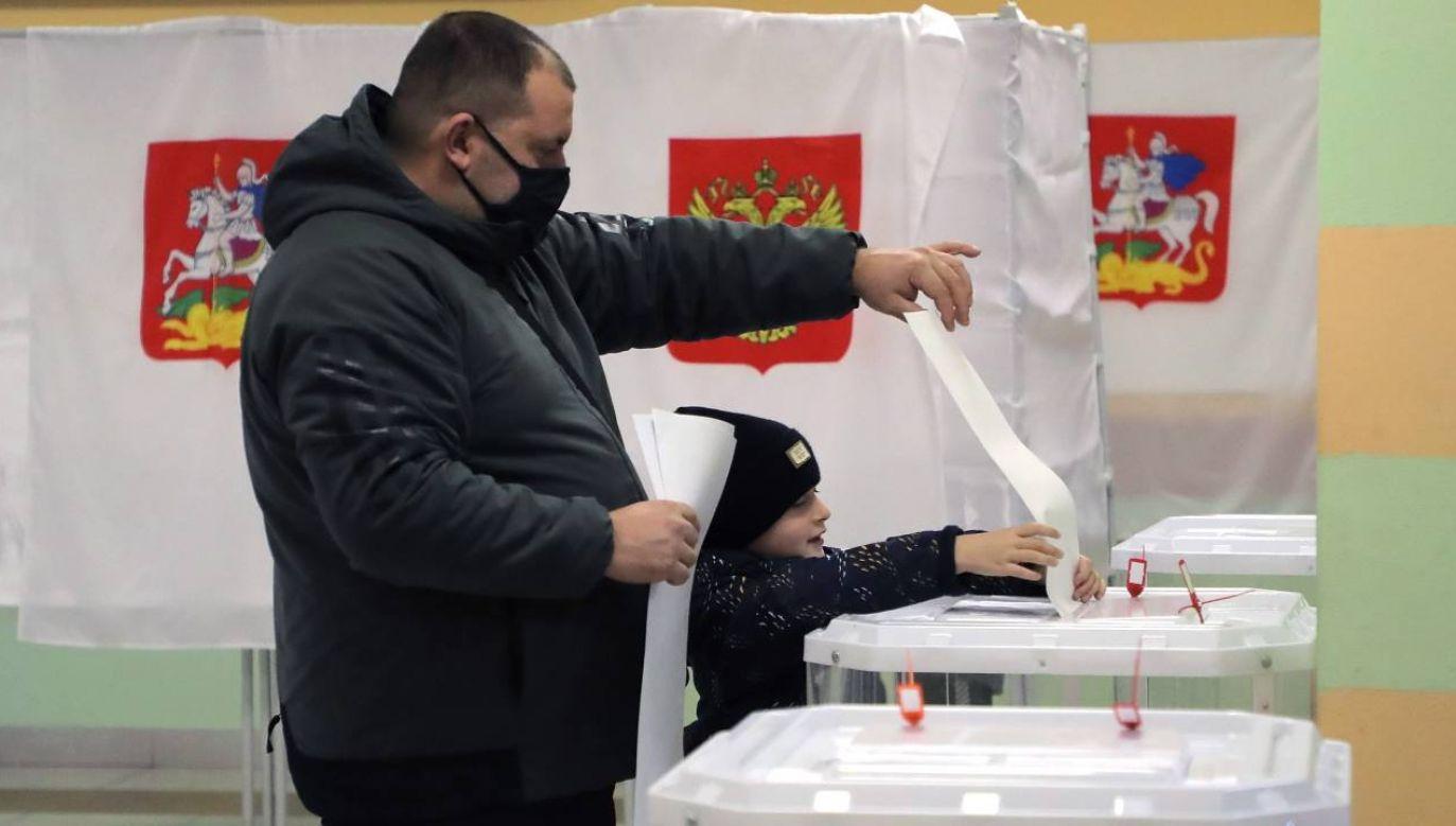 Wybory dały partii Jedna Rosja większość konstytucyjną (fot. PAP/EPA/MAXIM SHIPENKOV)
