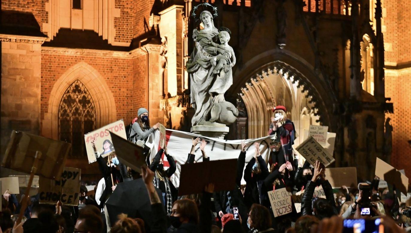 Uczestnicy protestu przeciwko wyrokowi Trybunału Konstytucyjnego, zaostrzającemu prawo aborcyjne, blokują ulice Wrocławia (fot. PAP/Maciej Kulczyński)