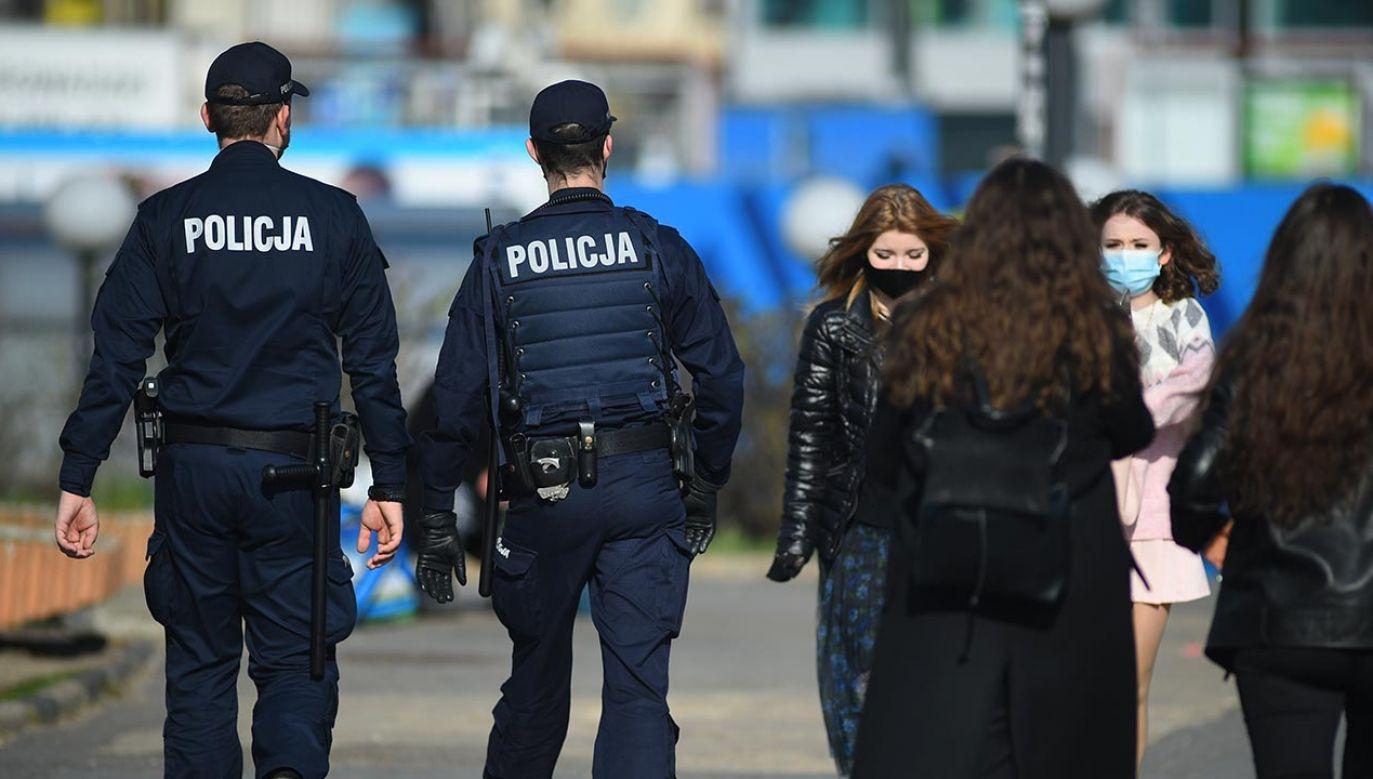 Codziennie do zadań związanych ze zwalczaniem COVID-19 kierowanych jest  ok. 20 tys. policjantów (fot. Forum/Adam Chelstowski)