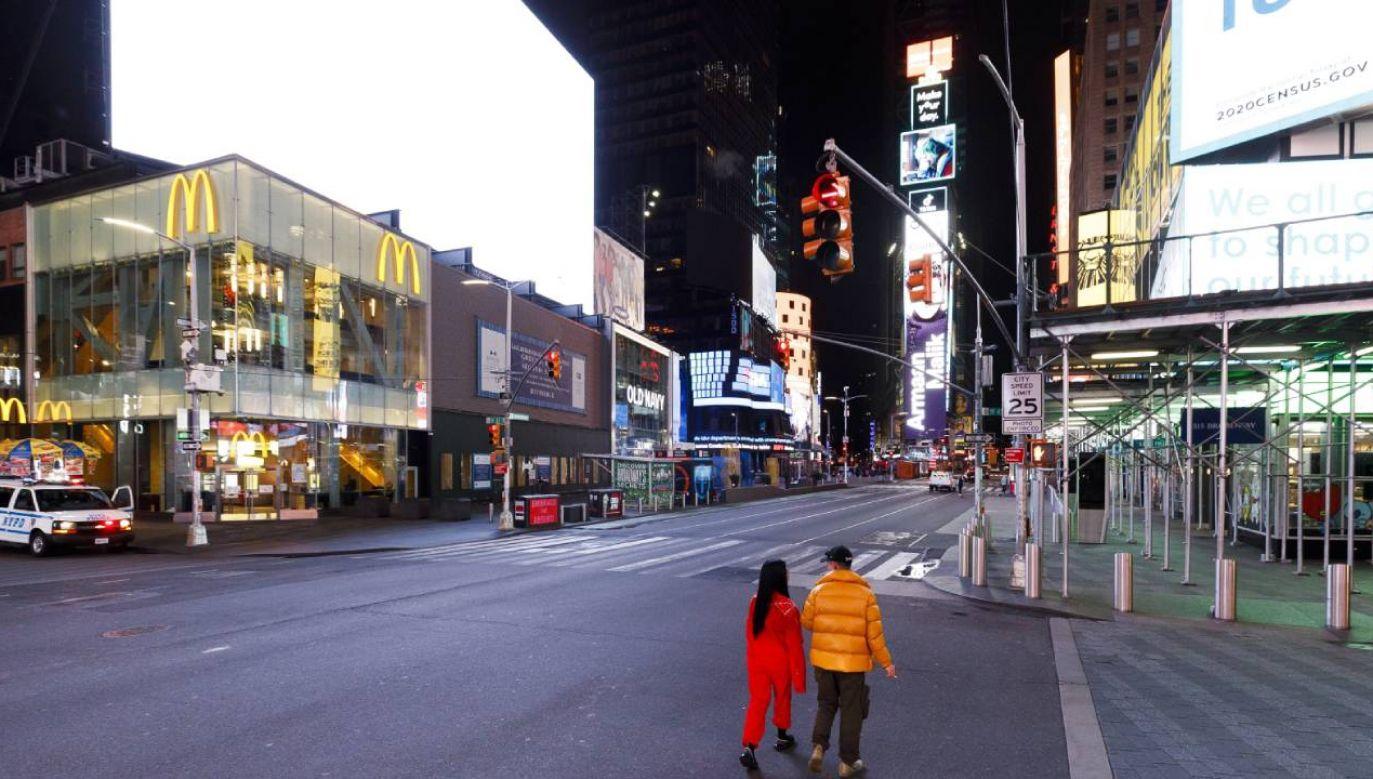 Na Times Square tylko pojedynczy przechodnie; ruch samochodowy niemal ustał (fot.  PAP/EPA/JUSTIN LANE)