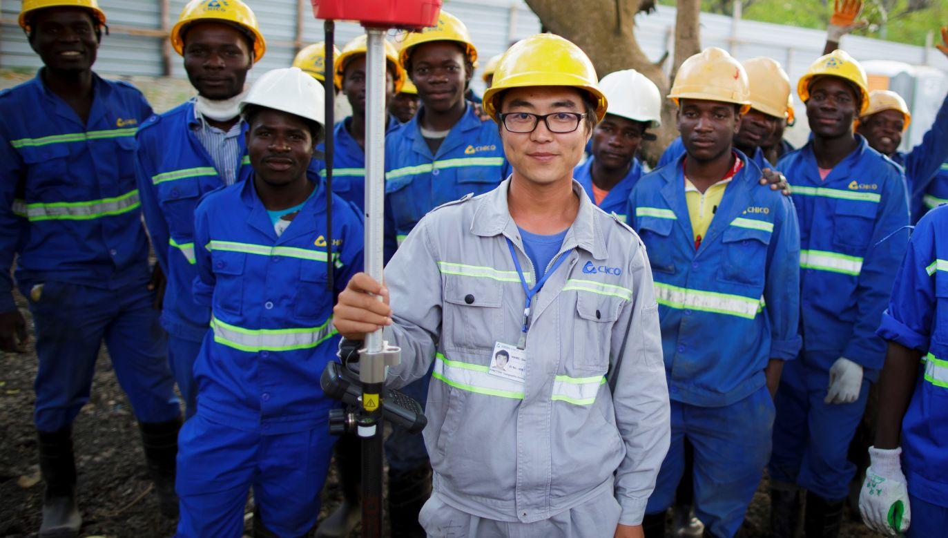 Chiński inżynier, miejscowi robotnicy. Wrzesień 1015, Beira, Mozambik. Fot. Thomas Trutschel/Photothek via Getty Images
