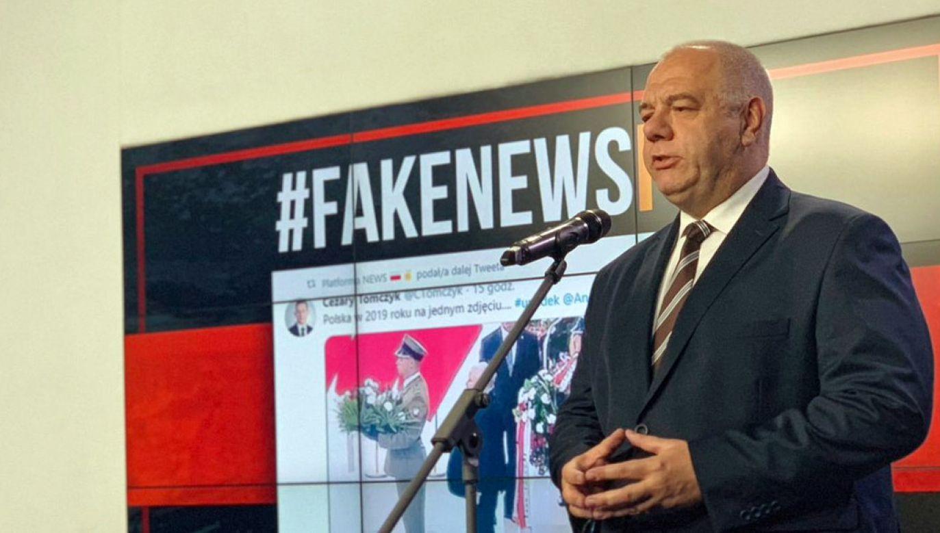 Jacek Sasin zarzucił opozycji rozpowszechnianie fake newsów (fot. Twitter/PiS)