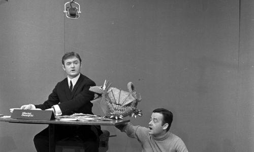 """""""Pora na Telesfora"""" – piątkowy, 35-minutowy program telewizyjny dla dzieci, emitowany w  Telewizji Polskiej w latach 70. XX wieku. Telesfor, a w późniejszych odcinkach również jego młodszy kolega Teodor, byli smokami-pacynkami. Program na początku był prowadzony przez Macieja Damięckiego (na zdjęciu). Telesforowi głosu użyczał Hubert Antoszewski. Fot. TVP"""