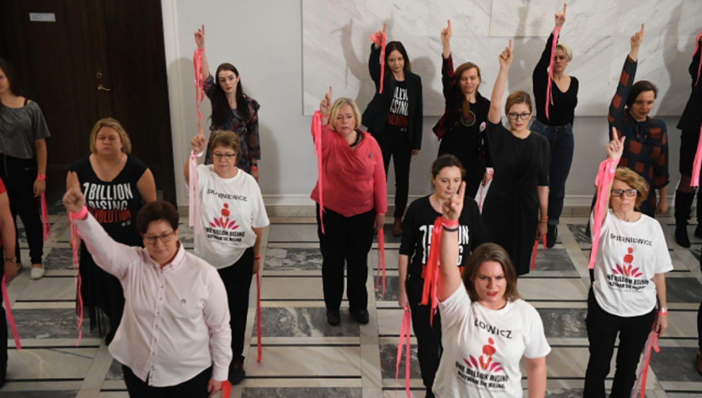 """Senat – w ramach akcji Nazywam się Miliard """"One Bilion Rising"""" – zorganizował niedawno taniec """"przeciwko przemocy wobec kobiet"""". (fot.PAP/Piotr Nowak)"""