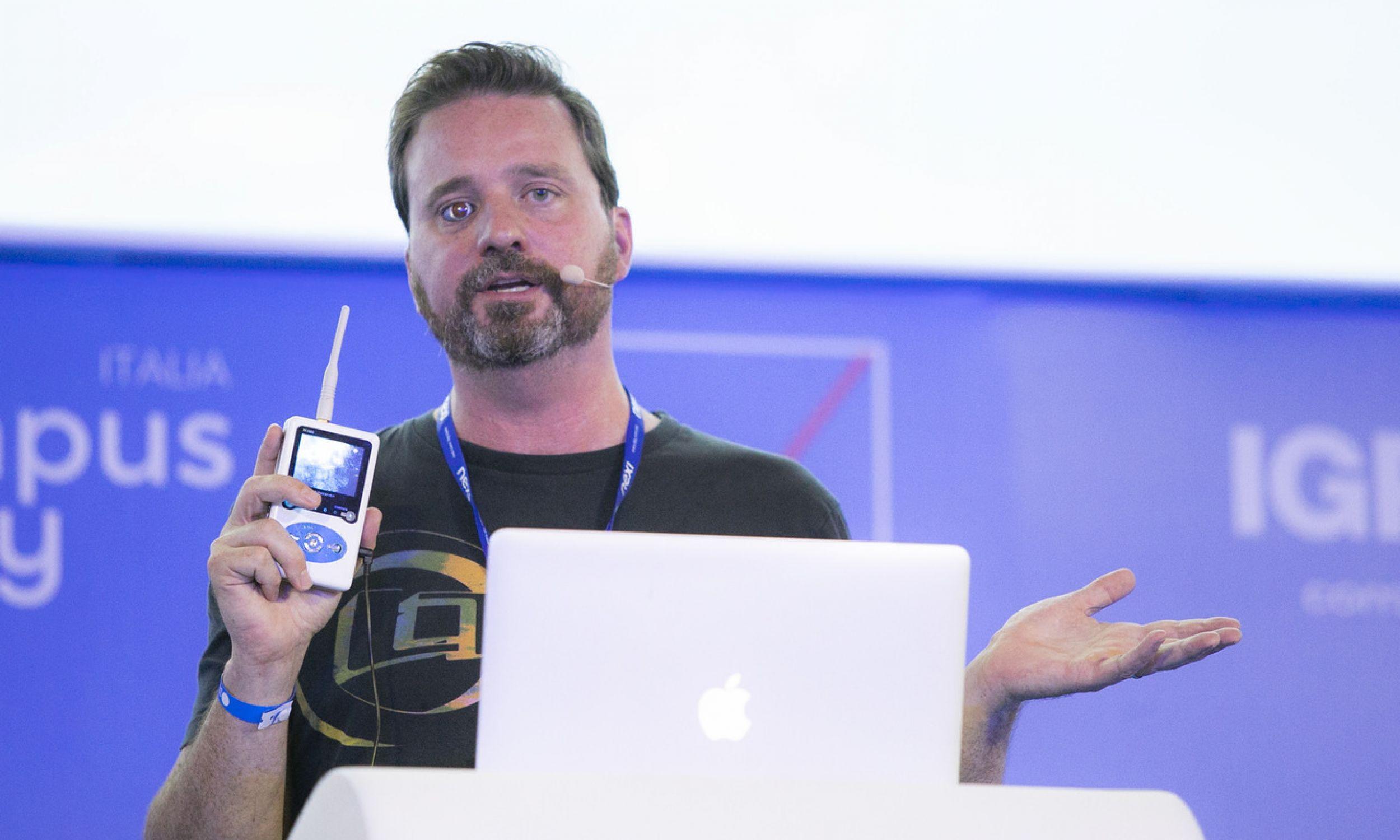 Eyeborg – jednooki filmowiec Rob Spence podczas wykładu na Campus Party w 2018 r. w Mediolanie pokazywał, jak funkcjonuje jego proteza oka. Fot. Rosdiana Ciaravolo/Getty Images