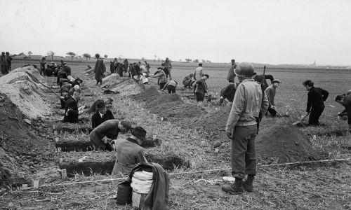 Niemcy pod nadzorem amerykańskich żołnierzy kopali groby. Fot. William Vandivert/The LIFE Picture Collection/Getty Images