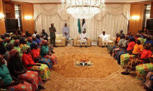 W maju 2017 roku krewni uczennic uprowadzonych trzy lata wcześniej w Chibok przez Boko Haram spotkali się z prezydentem Nigerii Muhammadu Buharim, po wydaniu przez ekstremistyczną organizację islamską 82 z porwanych. Willa prezydencka Aso Rock w Abudży w Nigerii. Fot. Sodiq Adelakun / Anadolu Agency / Getty Images