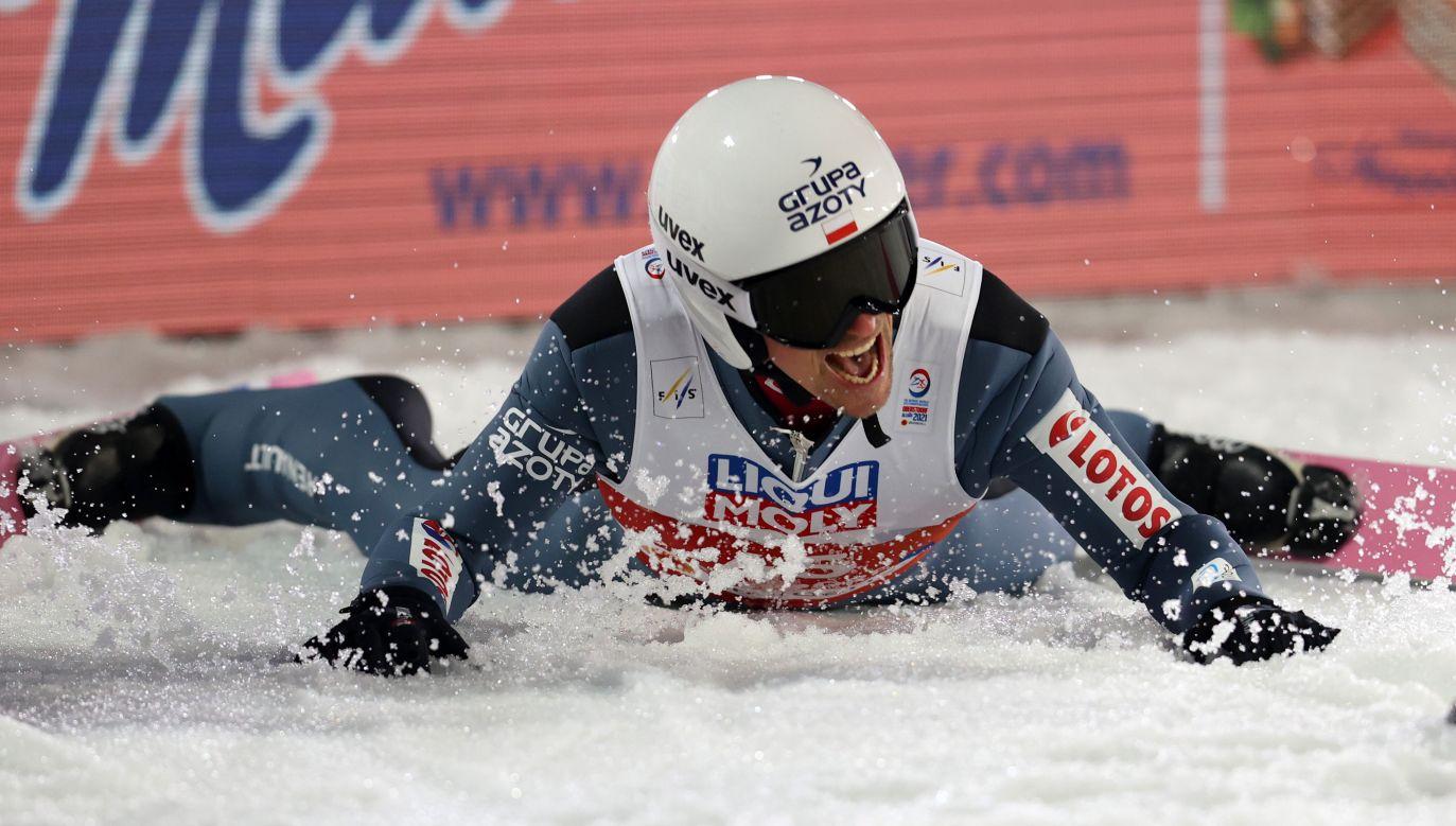 Piotr Żyła nie krył radości po wielkim triumfie (fot. Alexander Hassenstein/Getty Images)