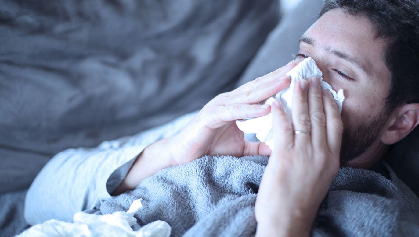 Jesteśmy w środku sezonu grypowego, a chorych stale przybywa (fot. Shutterstock/Mike Fouque)