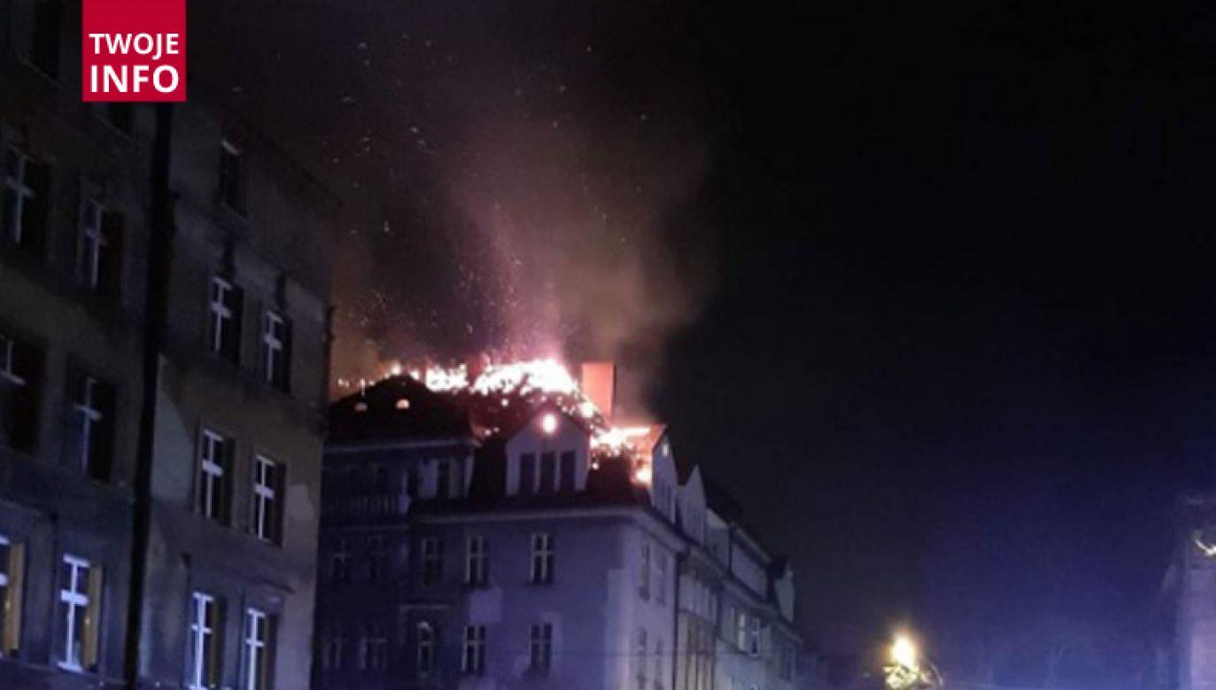 – O godzinie 0:30 otrzymaliśmy zgłoszenie o pożarze dachu budynku pięciokondygnacyjnego w Bytomiu (fot. Twoje Info)