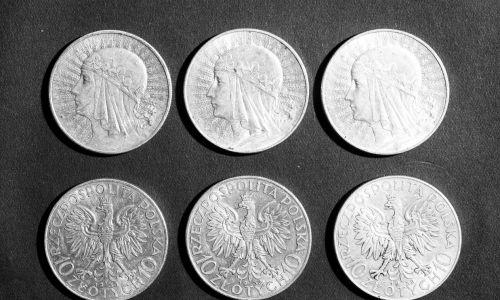 Grabski jest symbolem polskiego złotego. Do wybuchu II wojny światowej udało się utrzymać złotego jako solidną, stabilną walutę europejską. Na zdjęciu polskie monety o nominale 10 zł we wrześniu 1934. Fot. NAC/IKC, sygn. 1-G-1752a-2