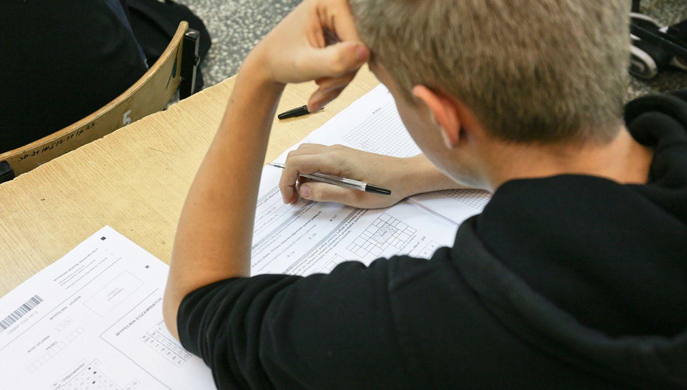Uczniowie mają rozwiązać go w domu, a następnie przesłać do sprawdzenia swoim nauczycielom (fot. PAP/Lech Muszyński)
