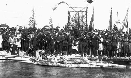 1932 r. Kołomyja, woj. stanisławowskie (obecnie zachodnia Ukraina). Otwarcie przystani wioślarskiej Ligi Morskiej i Kolonialnej. Widoczne pierwsze kajaki spuszczone na wodę. Fot. NAC/IKC, sygn. 1-P-341