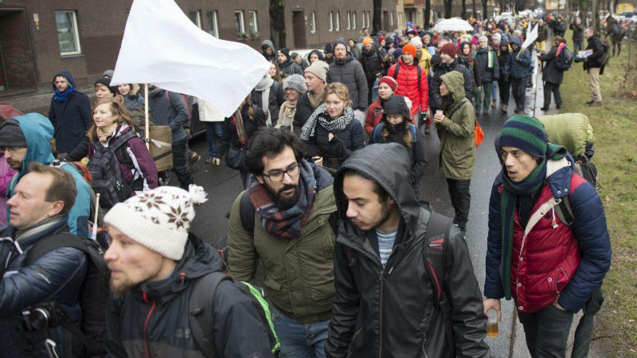 Uczestnicy marszu mają pokonywać dziennie ok. 20 km (fot. PAP/EPA/PAUL ZINKEN)