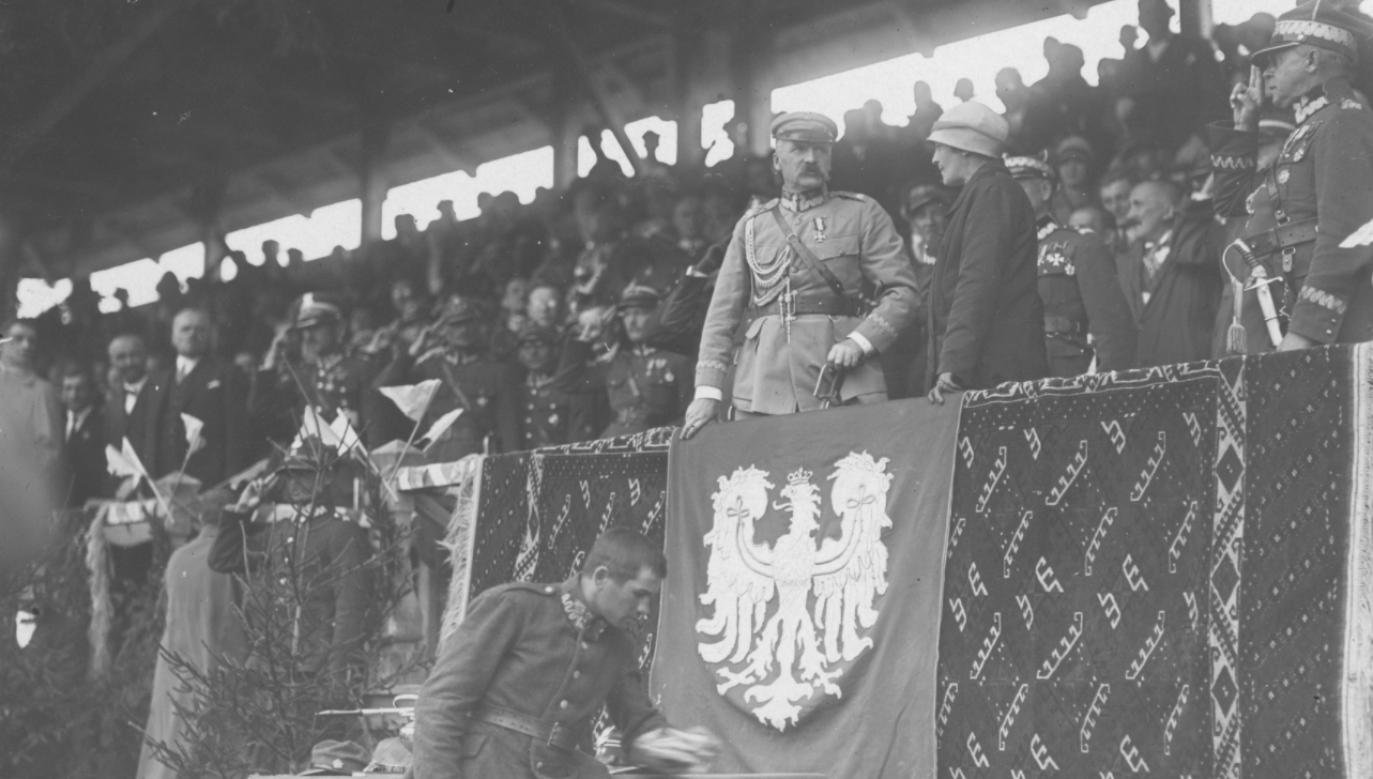 Józef Piłsudski na trybunie podczas V Zjazdu Legionów w Kielcach, sierpień 1926 roku (fot. NAC)