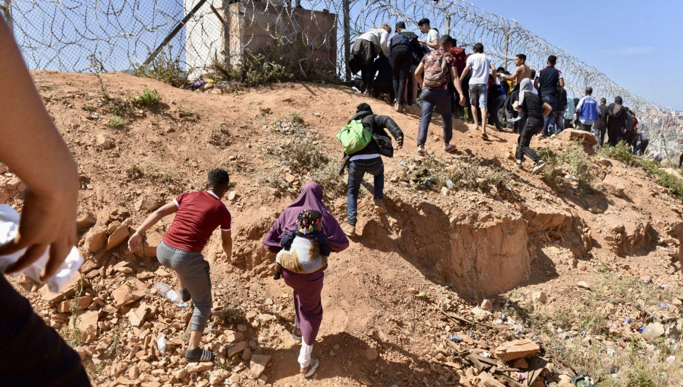 Nielegalnie granicę przekroczyło nawet kilkadziesiąt tysięcy osób (fot. PAP/EPA/JALAL MORCHIDI)