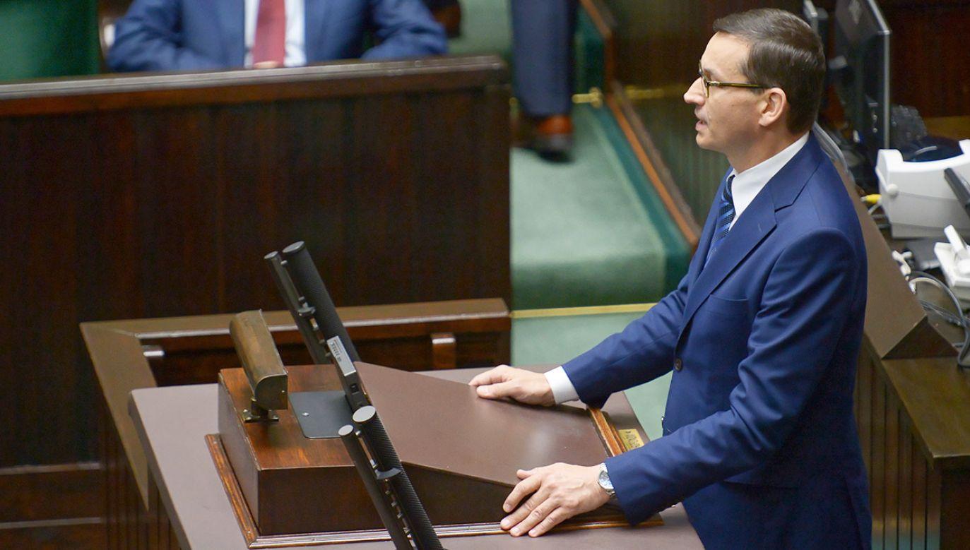 Premier Mateusz Morawiecki wystąpił w Sejmie podczas pierwszego czytania ustawy o dodatku 500 plus dla niepełnosprawnych (fot. PAP/Marcin Obara)