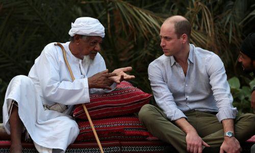 Członkowie rodziny królewskiej muszą umieć nawiązywać kontakt z każdym rozmówcą. Na zdjęciu książę William z mieszkańcem jednej z wiosek w Omanie. Fot. REUTERS/Christopher Pike
