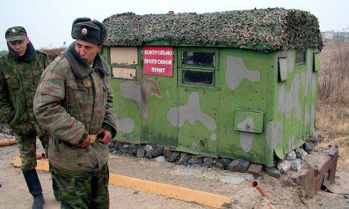 Posterunek rosyjskich pograniczników w Kazakiewiczewie nieopodal przejścia granicznego mostem pontonowym prowadzacym do Chin. Fot.  ITAR-TASS / Yuri Zolotarev