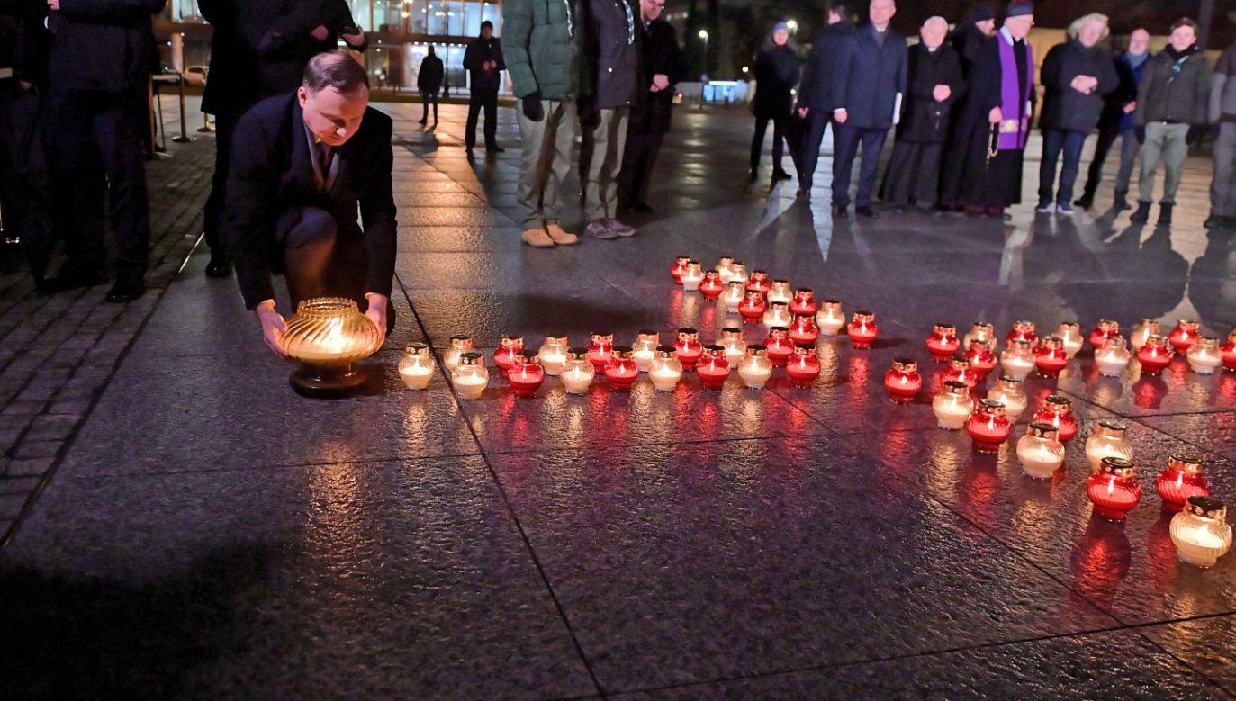 """Prezydent Andrzej Duda  na pl. Piłsudskiego w Warszawie, podczas uroczystości zapalenia """"Światła Wolności""""  (fot. PAP/Marcin Obara)"""