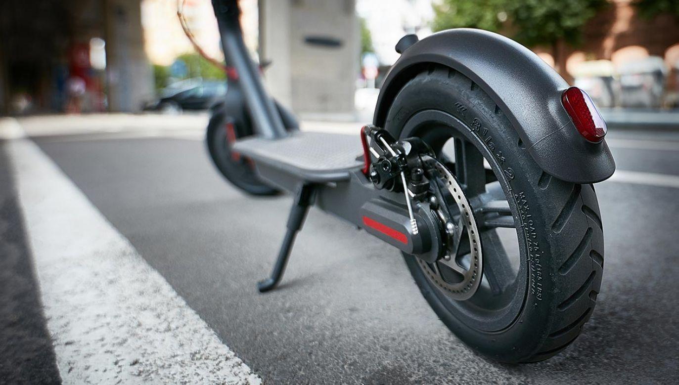 17-latek jechał bez kasku na hulajnodze elektrycznej po ścieżce rowerowej (fot. Shutterstock/Andriy Bilous)