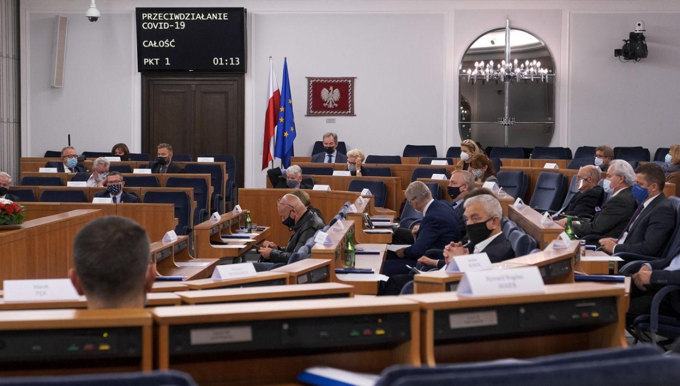 Jedna z poprawek dotyczy grzywny za brak maseczek (fot. PAP/Mateusz Marek)