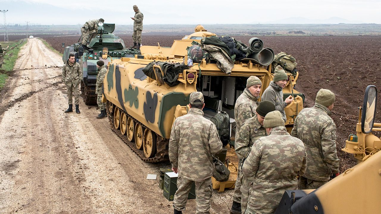 Żołnierze tureccy nieopodal granicy syryjsko - tureckiej w Hatay (fot. PAP/EPA/SEDAT SUNA)