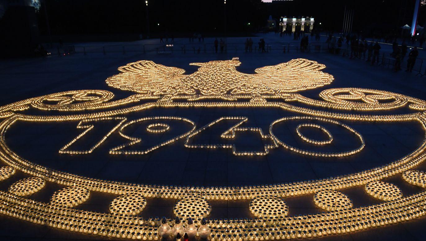 Na placu zapłonęło ponad 20 tys. zniczy ułożonych w kształcie polskiego orła wojskowego (fot. PAP/Radek Pietruszka)